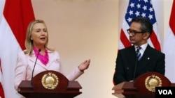 Ngoại trưởng Hoa Kỳ Hillary Clinton (trái) và Ngoại trưởng Indonesia Marty Natalegawa mở cuộc họp báo chung sau cuộc hội đàm ở Jakarta, Indonesia hôm 3/9/12