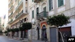Ibukota Tripoli tampak sepi dan toko-toko tutup akibat pemogokan umum untuk memrotes kekerasan oleh milisi Libya, hari Minggu (17/11).