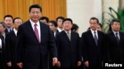 លោកប្រធានាធិបតីចិន Xi Jinping ដើរនៅពីមុខក្រុមមន្រ្តីជាន់ខ្ពស់ចិនក្នុងអំឡុងនៃពិធីស្វាគមន៍មួយនៅឯមហាសាលនៃប្រជាជននៅក្នុងទីក្រុងប៉េកាំង កាលពីថ្ងៃទី៩ ខែធ្នូ ឆ្នាំ២០១៤។