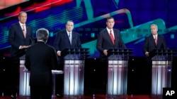 ບັນດາຜູ້ລົງແຂ່ງຂັນ ສະໝັກເປັນປະທານາທິບໍດີ ພັກຣີພັບບລີກັນ, ຈາກຊ້າຍ, ທ່ານ George Pataki, ທ່ານ Mike Huckabee, ທ່ານ Rick Santorum ແລະ ທ່ານ Lindsey Graham ຕອບຄຳຖາມຈາກຜູ້ດຳເນີນລາຍການ ທ່ານ Wolf Blitzer ໃນລະຫວ່າງການໂຕ້ວາທີ ຮອບທີ 5, ວັນທີ 15 ທັນວາ 2015, ໃນນະຄອນ Las Vegas ລັດ Nevada.