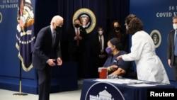 Tổng thống Joe Biden chứng kiến bà Linda Bussey được tiêm mũi vaccine COVID-19 đầu tiên trong sự kiện đánh dấu mũi chích thứ 50 triệu tại Nhà Trắng