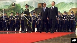 Prime Minister Hun Sen walks with Chinese Premier Wen Jiabao, after reviewing the honor guard during a welcome ceremony at the Great Hall of the People in Beijing Monday.