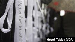 """Decenas de listones animan a las personas que pasan por la Iglesia Saint Paul, cerca de la Zona Cero, a que """"recuerden amar"""", para evitar así cualquier tragedia como la del 11 de septiembre de 2001."""