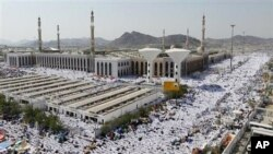 به سهدان ههزار موسڵمان له دهوری مزگهوتی نهمیرهی نزیـک کێوی عهرفات له عهرهبسـتانی سعودی گردبوونهتهوه، دووشهممه 15 ی یازدهی 2010