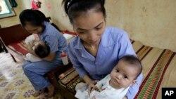 Bé gái 5 tháng tuổi tại viện mồ côi ở tỉnh Bắc Ninh, gần Hà Nội.