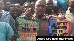Les prisonniers montrant ces images pour prouver au ministre de la justice leur ras-le-bol à l'intérieur de la maison d'arrêt, à N'Djamena, Tchad, le 17 février 2017. (VOA/André Kodmadjingar)