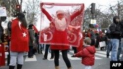 Paris'te Senato önünde inkar yasasını protesto eden Türkler