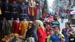 کرفیو میں نرمی کے دوران سری نگر میں لوگ خریداری کر ہے ہیں