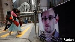 2013年6月17日在香港金融中心张贴一个支持披露美国秘密监控项目的国家安全局合同雇员斯诺登的图片。