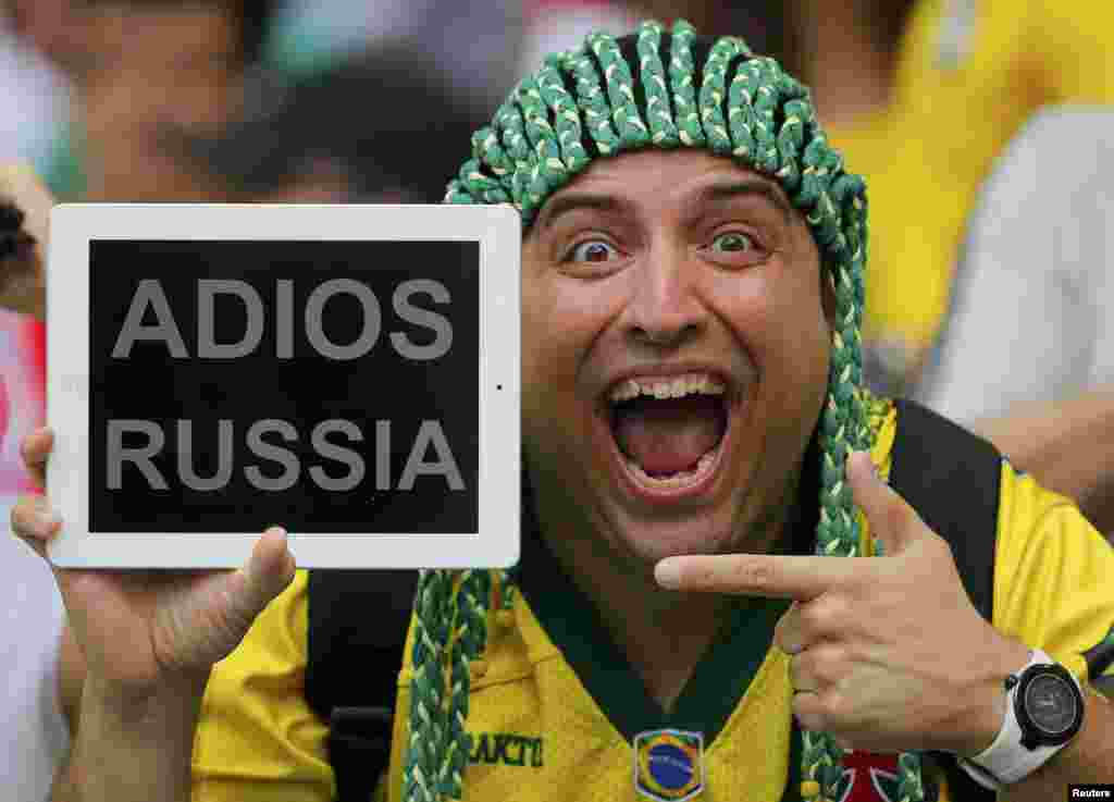 A spectator holds up a message for Russia before the start of the 2014 World Cup Group H soccer match against Belgium at the Maracana stadium in Rio de Janeiro, June 22, 2014.
