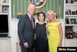 Cô Amazin Lethi chụp cùng Phó Tổng thống Joe Biden và Phu nhân Jill Biden 24/6/2014. (Ảnh: Tòa Bạch Ốc/David Lienemann)