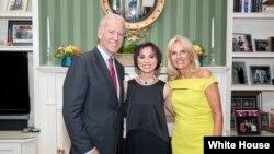 Cô Amazin Lethi chụp cùng Phó tổng thống Mỹ Joe Biden và phu nhân, bà Jill Biden tại Washington, D.C., 24/6/2014. (Ảnh: David Lienemann)