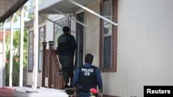 美国移民与海关执法局逃犯追缉行动组成员在加州圣安娜搜捕一名违反移民法的逃犯。(2017年5月11日)