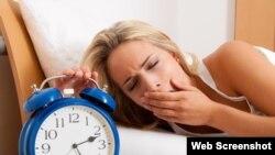 Peneletian menunjukkan seseorang yang kurang tidur cenderung kurang mampu mengendalikan keinginan untuk makan cemilan tidak sehat (Foto: ilustrasi).