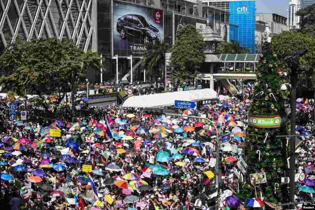 13일 태국 수도 방콕의 '센트럴 월드' 쇼핑몰 외곽에 반정부 시위대가 집결했다.