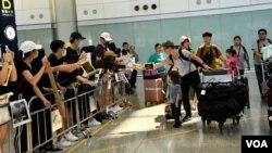 第二次香港國際機場反送中集會,示威者向抵港旅客派發傳單。(攝影: 美國之音湯惠芸)