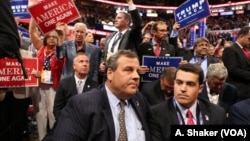 도널드 트럼프 미 대통령 당선인의 정권인수위원회를 이끌 것으로 전망되는 크리스 크리스티(앞) 뉴저지 주지사가 지난 7월 클리블랜드에서 열린 공화당 전당대회에 참석하고 있다.