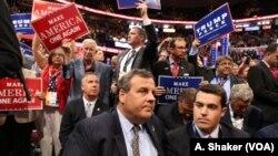 21일 공화당 전당대회 폐막 일정에 크리스 크리스티(가운데) 주지사가 자리한 가운데, 대의원들이 선거구호가 적힌 피켓을 들고 소리치고 있다.