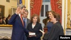 جان کری در حال ادای سوگند برای تصدی وزارت خارجه آمریکا