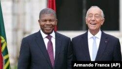 João Lourenço (esq) e Marcelo Rebelo de Sousa (dir) reúnem-se em Luanda