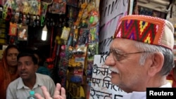 Indian poet and lyricist Gulzar (R) is seen at a roadside shop in the northern Indian hill town of Shimla July 4, 2009. REUTERS/Anil Dayal (INDIA SOCIETY ENTERTAINMENT) - RTR25B32