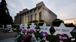"Memorijal ispred singagoge ""Drvo života"" (Foto: AP /Matt Rourke)"