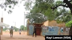 Entrée principale du Lycée de Bè-Kpota à Lomé, 28 octobre 2020. (VOA/Kayi Lawson)