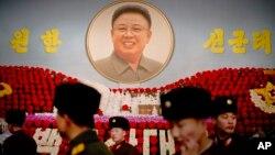 북한에서 15일 김정일 전 국방위원장의 생일을 맞아 열린 '김정일화 전시회'를 군인들이 관람하고 있다.