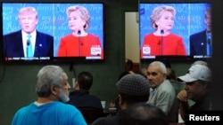 Orang-orang menonton debat pemilihan Presiden AS di sebuah restoran (26/9). Queens, New York. (foto: REUTERS/Stephanie Keith)