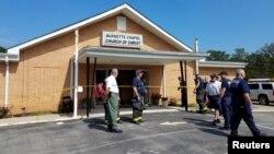 Polisi mengamankan lokasi terjadinya penembakan di gereja Burnette Chapel di Nashville, Tennessee, Minggu (24/9).