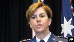 8일 호주 캔버라의 미 대사관을 방문한 로리 로빈슨 미 태평양 공군사령관이 기자회견을 하고 있다.