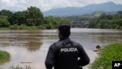 Сальвадорский полицейский на границе с Гватемалой