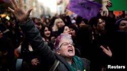 Une manifestation anti-gouvernement a eu lieu dans le quartier de Kadikoym à Istanbul, Turquie, le 18 avril 2017.