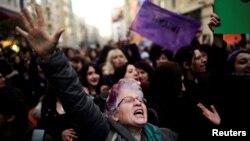 Kadıköy'de referandumu protesto eden göstericiler