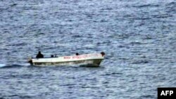 Hải tặc Somalia trên một chiếc thuyền nhỏ trong vùng biển quốc tế ngoài khơi bờ biển Somalia