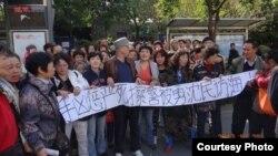 抗议者促查浦东拆迁户沈勇死亡真相。(博讯图片)