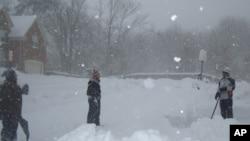 A man shovels snow outside his home in Fairfax, Virginia, 7 Feb. 2010