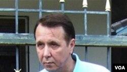 Mikhail Pletnev sesaat setelah dibebaskan dengan uang jaminan.