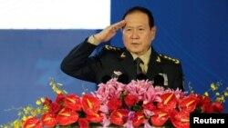 Bộ Trưởng Quốc phòng TQ Ngụy Phượng Hòa nghiêm chào trước bài diễn văn khai mạc Diễn đàn Tương Sơn ở Bắc Kinh, Trung Quốc ngày 21/10/2019.