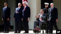 Tổng thống Obama, cựu Tổng thống George W. Bush, cựu Tổng thống Bill Clinton, cựu Tổng thống George H. W Bush và cựu Tổng thống Jimmy Carter trong khuôn viên của Đại học Southern Methodist ở Dallas, ngày 25/4/2013.
