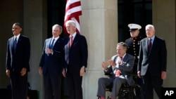 Tổng thống Barack Obama, cựu Tổng thống George W. Bush, cựu Tổng thống Bill Clinton, cựu Tổng thống George H. W Bush và cựu Tổng thống Jimmy Carter đến dự buổi lễ khánh thành Thư viện và Bảo tàng Tổng thống George W. Bush, 25/4/2013.