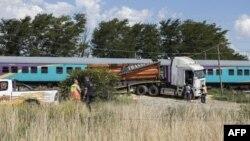 Les travailleurs des services d'urgence se tiennent près du site où un train est en collision avec un camion, à Kroonstad, province de Free State, le 4 janvier 2018