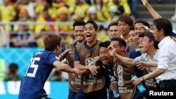 Fudbaler Japana Juja Osako sa saigračima proslavlja odlučujući gol u duelu sa Kolumbijom (Foto: Rojters/Ricardo Moraes)