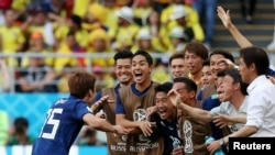Yuya Osako ăn mừng bàn thắng với các đồng đội và huấn luyện viên.