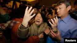 Para keluarga korban pesawat Malaysia Airlines asal China mengunggu kabar di hotel Lido, Beijing (foto: dok).