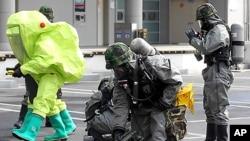 13일 대전컨벤션센터에서 핵안보정상회의 대비 합동 대테러 훈련이 시행된 가운데 육군 제독 전문가가 오염 지역을 탐지하고 있다.