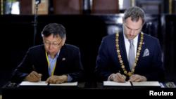 台北市长柯文哲14日与布拉格市长贺瑞卜在布拉格市政厅签署缔结姐妹市协议