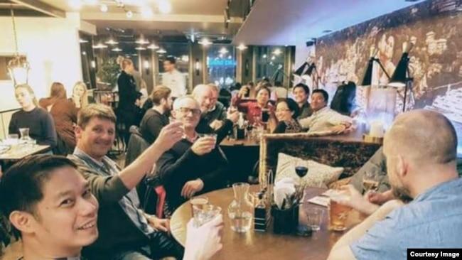 Vidya Sinisuka dan kolega di bidang migas makan malam bersama (dok. pribadi).
