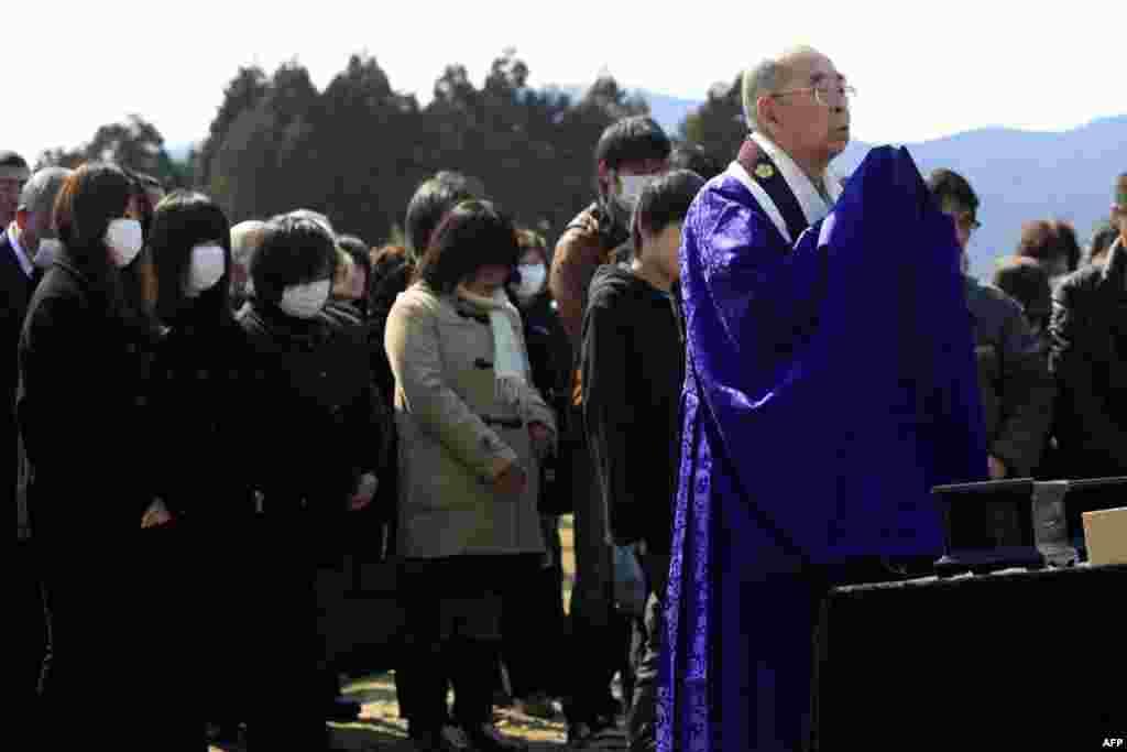 Буддийский монах молится за жертв 11 марта