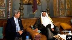 AQSh Davlat kotibi Jon Kerri (chapda) Qatarning valiahd shahzodasi Shayx Tamim Bin Hamad al-Taniy (o'rtada) bilan, Doxa, Qatar, 5-mart, 2013-yil.